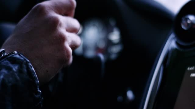 stockvideo's en b-roll-footage met bestuurder in een uitstekende auto. interieurdetails - wijzer machineonderdeel
