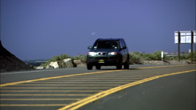 vídeos de stock, filmes e b-roll de driver pov on winding rocky road/  malibu, california - pacífico norte