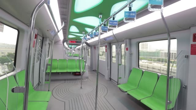 vidéos et rushes de a driver operates a byd co skyrail monorail train at the company's headquarters in shenzhen china on thursday sept 21 a driver's view of a byd co... - monorail
