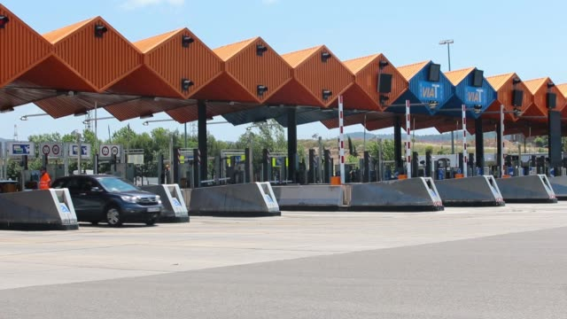 driver pays a road tariff at a toll booth machine operated by abertis infraestructuras sa on a highway in granollers, spain, on thursday, may 27,... - 関税点の映像素材/bロール