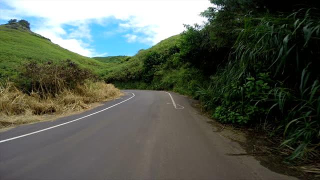 vidéos et rushes de pilote le point de vue dans les îles si hawaii - route sinueuse