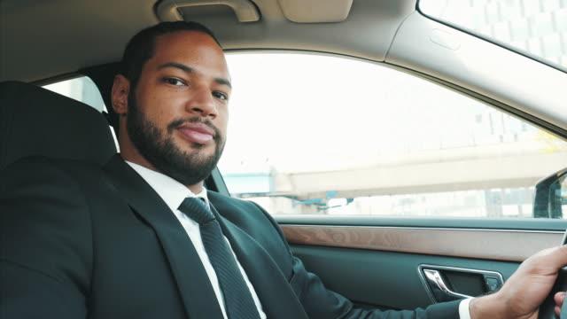 vidéos et rushes de portrait du conducteur. - limousine voiture