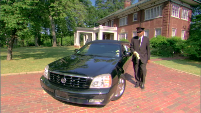 driver with limousine - limousine luxuswagen stock-videos und b-roll-filmmaterial