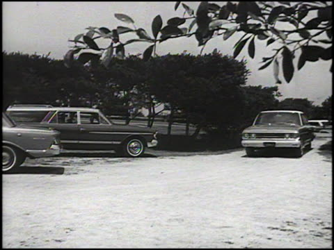 vidéos et rushes de driver's car turning onto the country's club entrance / 1963 amc ambassador rounding a corner / car driving away toward country club in the distance... - voiture particulière
