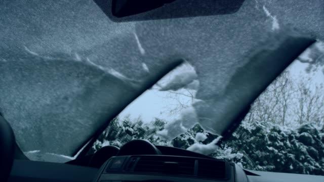 des fahrers pov. auto scheibenwischer schnee auf fenster reinigung - reiben stock-videos und b-roll-filmmaterial