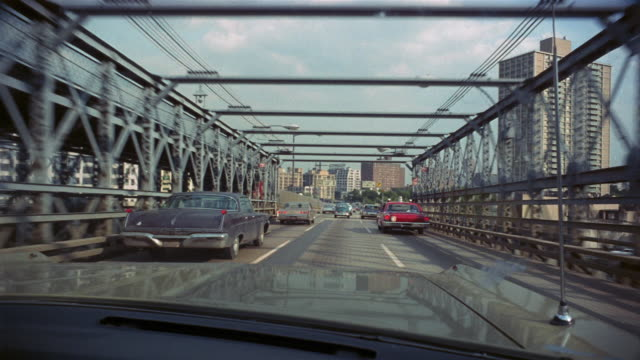 vídeos de stock, filmes e b-roll de 1969 ws driver's pov driving off brooklyn bridge into city/ brooklyn, new york, usa - brooklyn new york