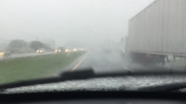 wghp drivers leave north carolina prior to arrival of hurricane florence on september 11 2018 - evacuazione video stock e b–roll