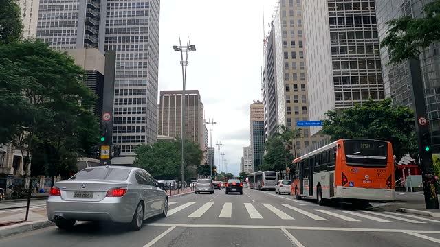vídeos de stock, filmes e b-roll de driver's point of view at rush hour on paulista avenue. - calçada
