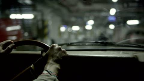 司機的觀點在黑暗的車庫 - parking 個影片檔及 b 捲影像