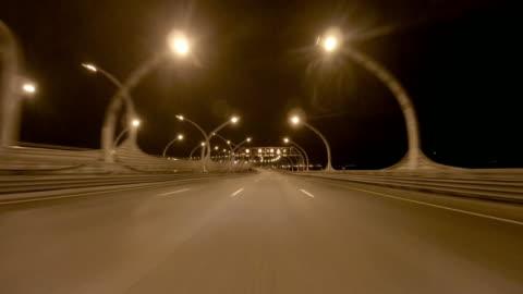 vidéos et rushes de le conducteur traverse les jonctions de la metropolitan highway. - phare arrière de véhicule