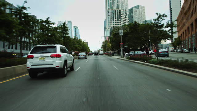 vidéos et rushes de drivers pov shot heading down flatbush ave, brooklyn, nyc - travel destinations