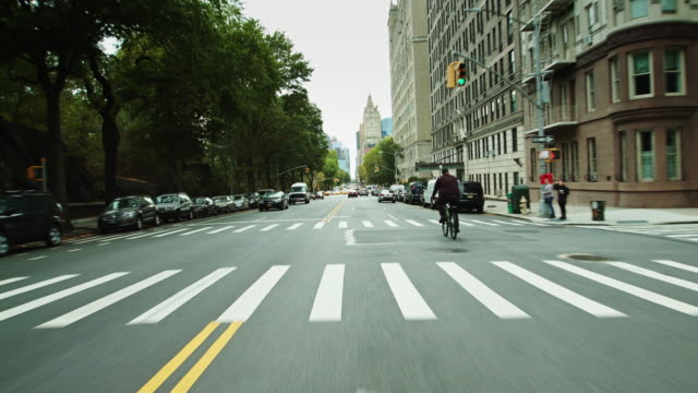 drivers pov - south on central park west, manhattan - 目抜き通り点の映像素材/bロール
