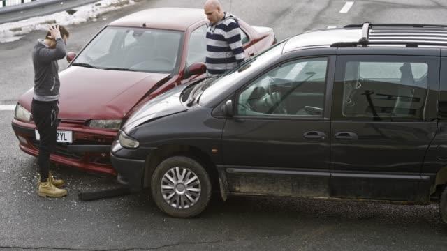 Treiber Heraustreten aus ihren Autos nach dem Autounfall, um den Schaden zu überprüfen