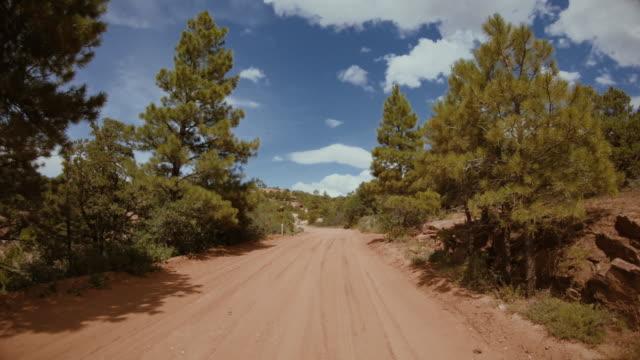 pov fahren eines geländewagens abseits der straße in den wüstenschluchten von usa southwest - moab utah stock-videos und b-roll-filmmaterial