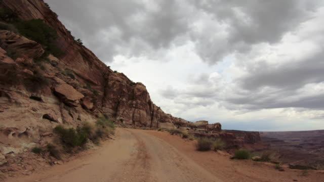 vídeos de stock, filmes e b-roll de pov que conduz um carro 4wd fora de estrada na garganta - moab utah