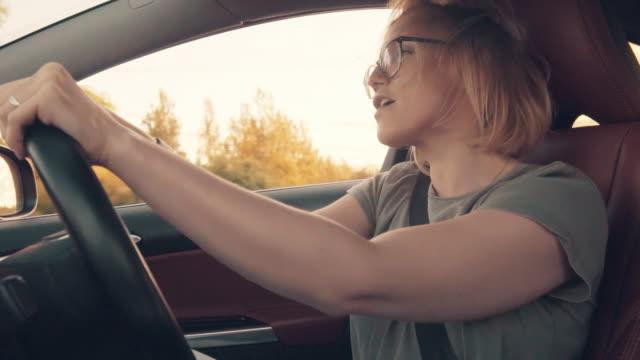 vidéos et rushes de conduire une voiture et s'amuser - chanter