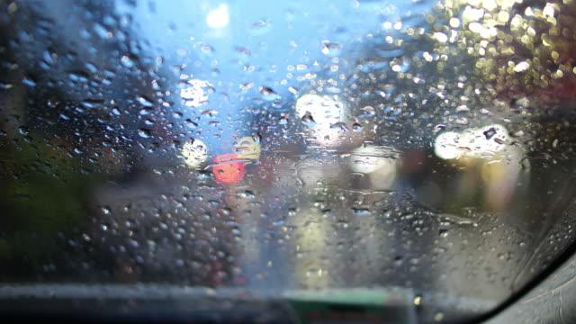 vídeos de stock, filmes e b-roll de conduzindo um carro na noite na chuva - para brisa