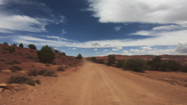 stockvideo's en b-roll-footage met pov rijden een auto in canyon - moab utah