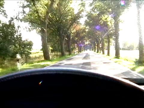 auto fahren auf ländliche straße - gerade stock-videos und b-roll-filmmaterial
