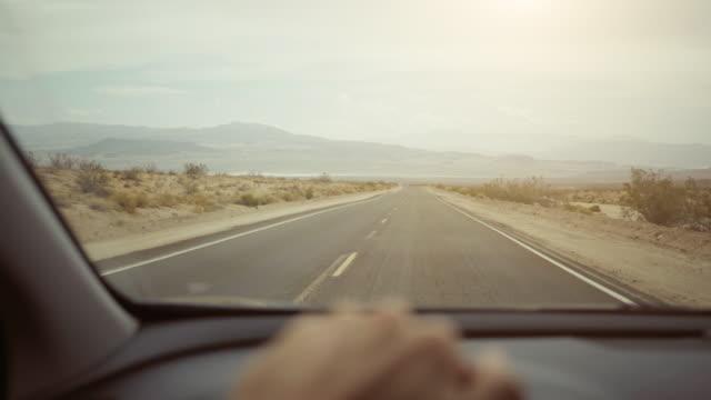 pov autofahren in death valley autobahnen - zweispurige strecke stock-videos und b-roll-filmmaterial