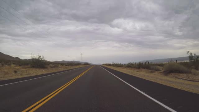 stockvideo's en b-roll-footage met pov besturen van een auto in death valley snelwegen - zabriskie point