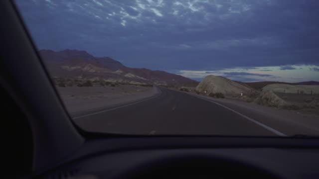 stockvideo's en b-roll-footage met besturen van een auto in death valley scenic wegen pov - zabriskie point