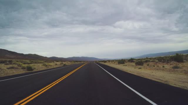 autofahren in death valley panoramastraßen pov - ländliche straße stock-videos und b-roll-filmmaterial