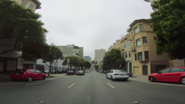 povは、サンフランシスコで車を運転 - 市街地の道路点の映像素材/bロール