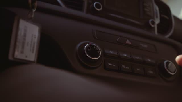 vídeos de stock, filmes e b-roll de dirigindo um carro pov: em san francisco - ponto de vista de câmera