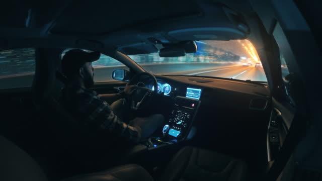 autofahren in der stadt bei nacht zeitraffer - sportstrecke stock-videos und b-roll-filmmaterial