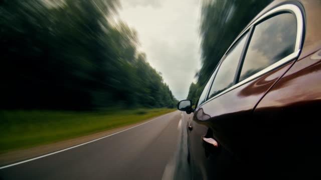 森の時間の経過で車を運転