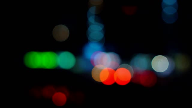 夜の谷で車を運転する街を中心とした眺望 - 焦点点の映像素材/bロール
