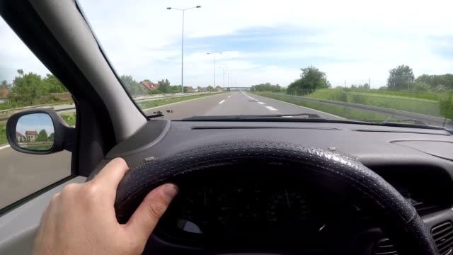 vídeos y material grabado en eventos de stock de conducir un coche en carretera - estribo de coche