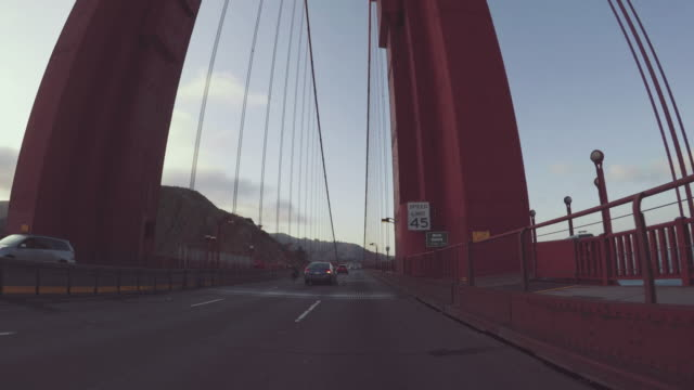fahren eines autos pov: auf der golden gate bridge in san francisco - golden gate bridge stock-videos und b-roll-filmmaterial
