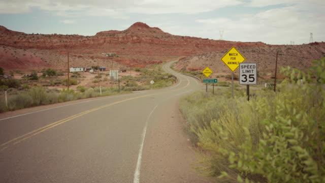 autofahren auf wicklung desert highway - arizona stock-videos und b-roll-filmmaterial