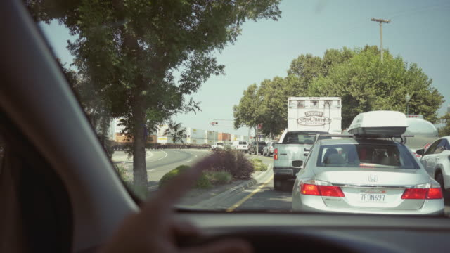 vídeos de stock e filmes b-roll de driving a car pov: stuck at railroad crossing - traffic jam