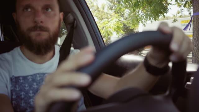vídeos de stock, filmes e b-roll de dirigindo um carro pov: preso no cruzamento da estrada de ferro - passagem de nível