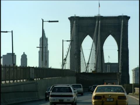 of driving across brooklyn bridge - 1995年点の映像素材/bロール