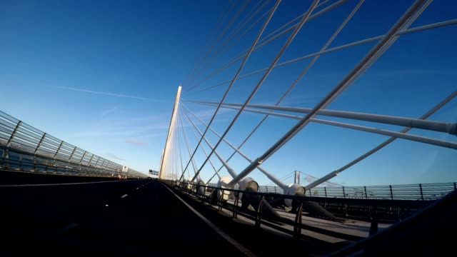 vídeos y material grabado en eventos de stock de driving across queensferry crossing bridge, scotland - puente colgante