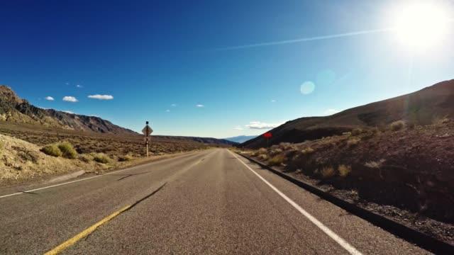 vídeos de stock, filmes e b-roll de condução em todo o estado de nevada e califórnia no crepúsculo - ponto de vista de câmera