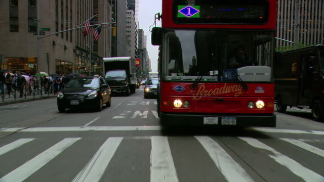 ts / rear view 90' driving along 6th avenue in new york city / new york - dubbeldäckarbuss bildbanksvideor och videomaterial från bakom kulisserna