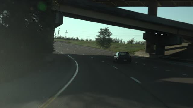 driving along on america highway - guida in stato di ebbrezza video stock e b–roll