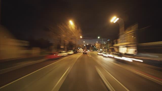 ws pov t/l driving along oxford street / sydney, new south wales, australia - 車の視点点の映像素材/bロール