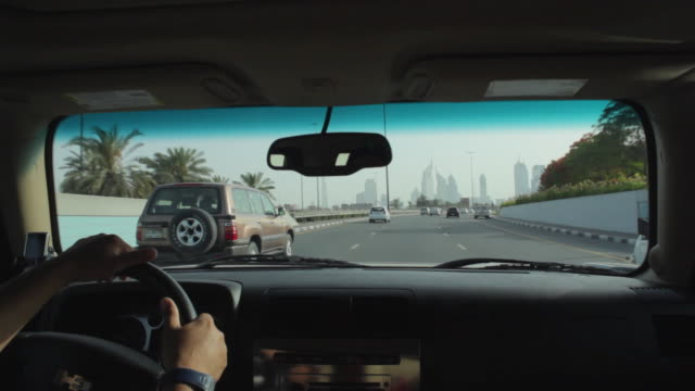 vídeos de stock, filmes e b-roll de ms pov driving along sheikh zayed road / dubai, united arab emirates - para brisa