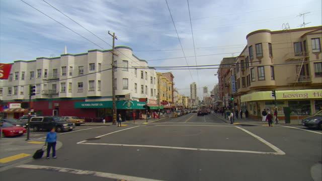 vidéos et rushes de pov driving along stockton street in chinatown, san francisco, california, usa - california street san francisco