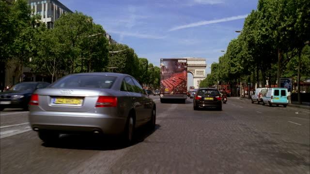 vidéos et rushes de pov driving along tree-lined champs-elysees toward the arc de triomphe / paris, france - arc élément architectural