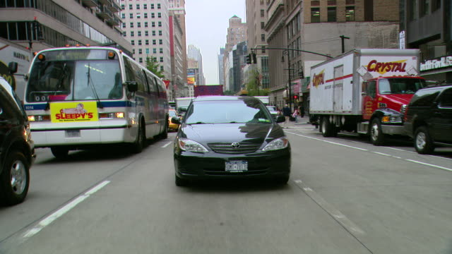 vidéos et rushes de ts / rear view 90' driving along west broadway in new york city / new york - groupe moyen d'objets