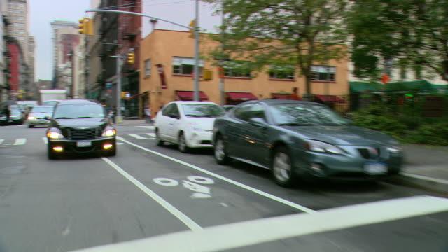 vídeos y material grabado en eventos de stock de ts / rear view 90' driving along west broadway / tribeca /new york city / new york - grupo mediano de objetos