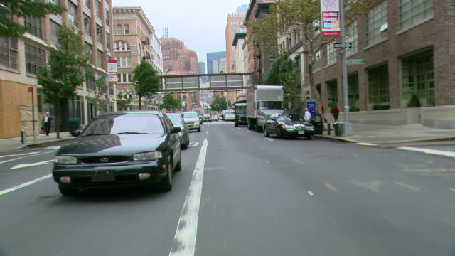 vídeos y material grabado en eventos de stock de ts / rear view 90' driving along west broadway / tribeca / new york city / new york - grupo mediano de objetos