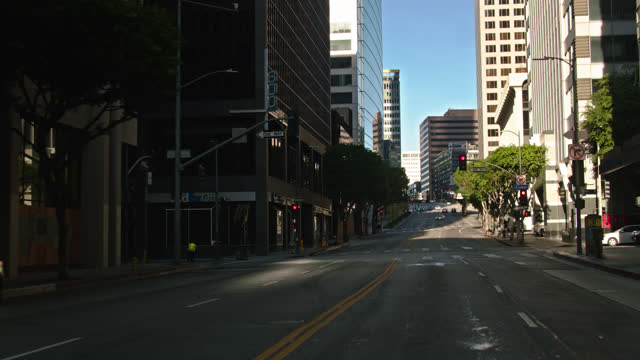 driving along wilshire blvd between hope st and flower st - segnale per macchine e pedoni video stock e b–roll